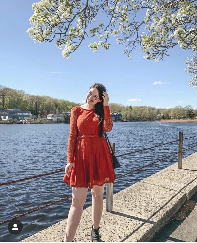 Sarah of CS Dress to Impress - Petite fashion blogger in a cute dress